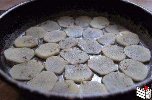 Семга, запеченная с картофелем в сметанном соусе
