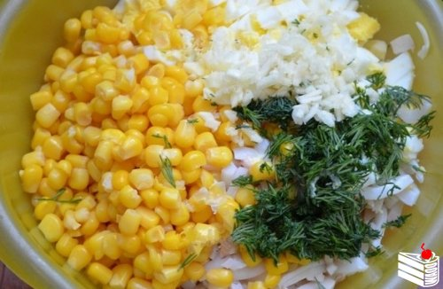 Салат с кальмарами, крабовыми палочками и кукурузой от Наташи Чагай.