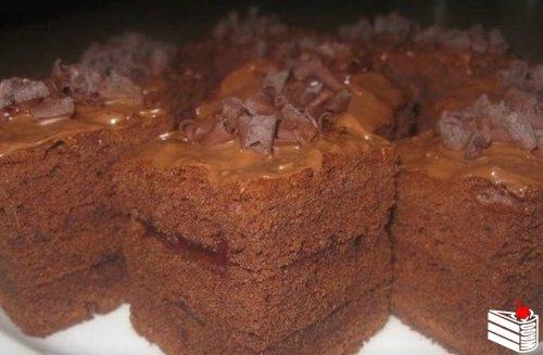 Очень нежный и пушистый получается шоколадный бисквит