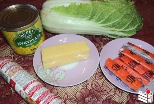 Салат с пекинской капустой и крабовыми палочками.