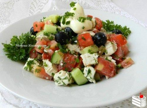 Салат с оливками, курицей и сыром.
