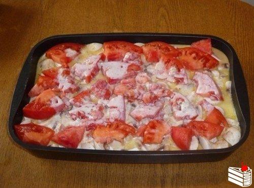 Свинина, запеченная с овощами под соусом бешамель.