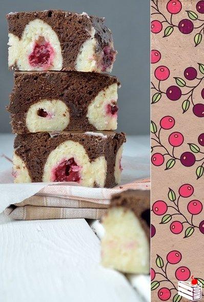 Шоколадный пирог с творожными шариками.