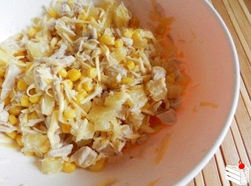 Салат с курицей, сыром и ананасом