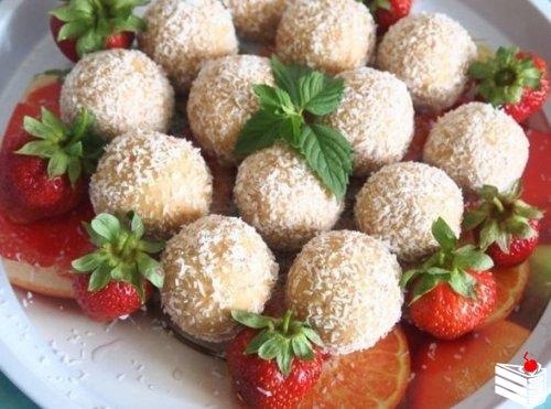 Десертные шарики с клубникой.