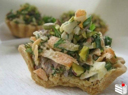 Корзиночки с мясным салатом.