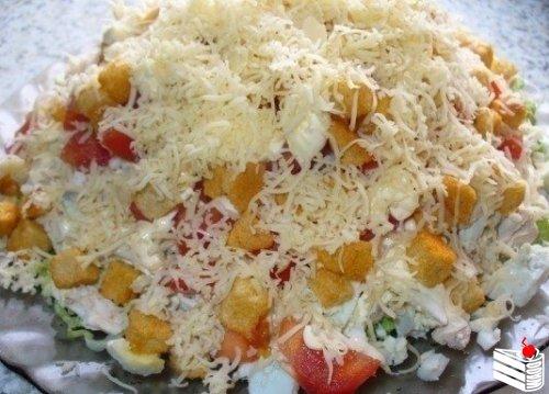 Салат с курицей, сыром и сухариками.