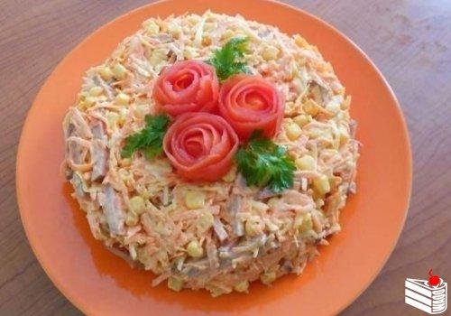 Вкусный салат с копченной колбасой.