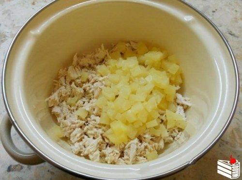 Салат с курицей и ананасом в тарталетках.