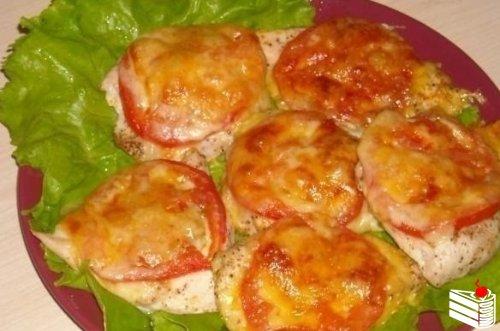 Куриное филе под сыром с помидорами.