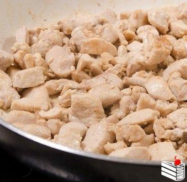 Куриное филе с грибами в сливочно-сырном соусе.