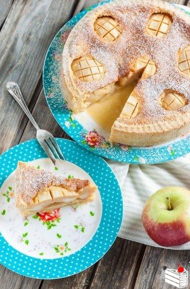 Яблочный пирог с яично-сметанной заливкой.