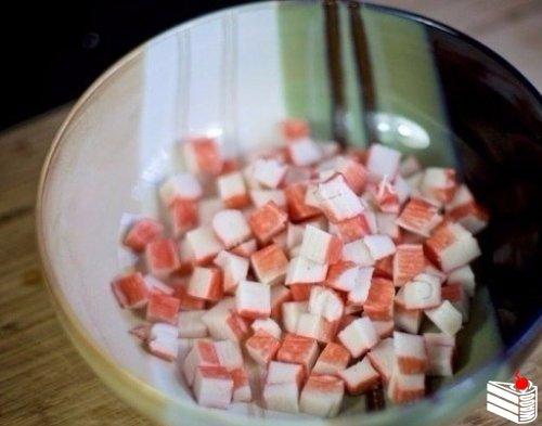 Cалат с крабовыми палочками и фасолью