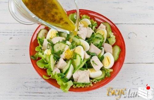 Салат из печени трески с лимонной заправкой.