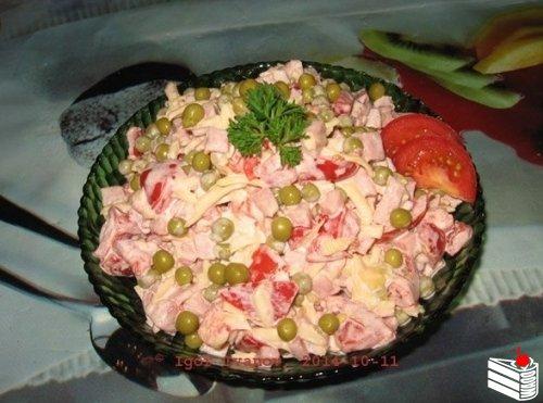Сборный салат с помидорками и ветчиной.