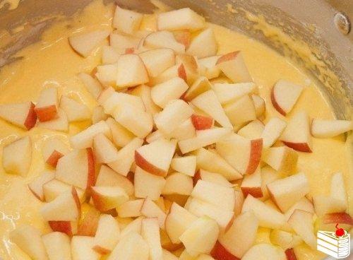 Пышная шарлотка с яблоками в мультиварке.