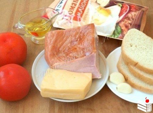 Салат с ветчиной и помидорами.