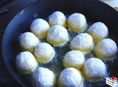 Сырные шарики жареные с чесноком.