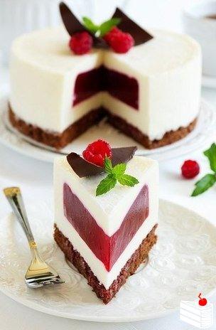 Сливочно-малиновый торт-суфле.