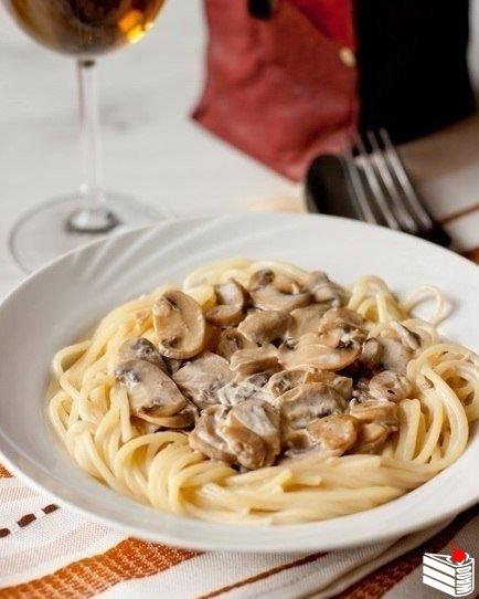 Спагетти со сливочно-грибным соусом.