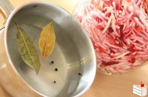 Рецепт приготовления маринованной капусты со свеклой.