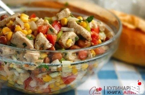 Салат с курицей и кукурузой.