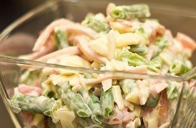 Салат с ветчиной и стручковой фасолью.