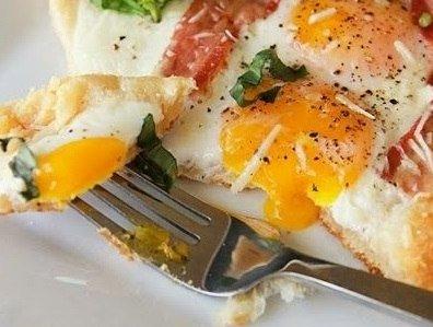 Интересная идея для завтрака — яичница на слоеном тесте.