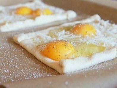 Интересная идея для завтрака - яичница на слоеном тесте.