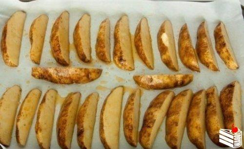 Запеченные картофельные дольки.