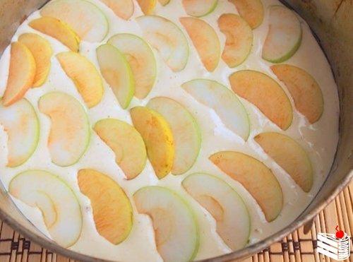 Бисквитный пирог с яблоками.