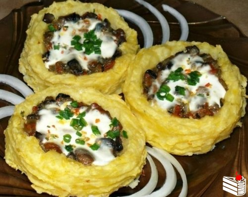 Картофельные гнезда с грибами, в чесночно-сметанном соусе.