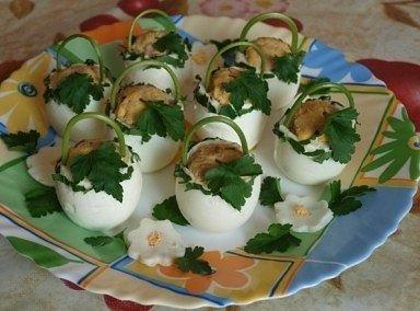 Фаршированные яйца — идеи подачи + варианты начинки.
