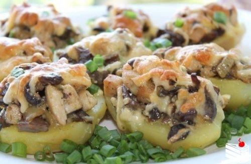 Картошка с курицей и грибами.