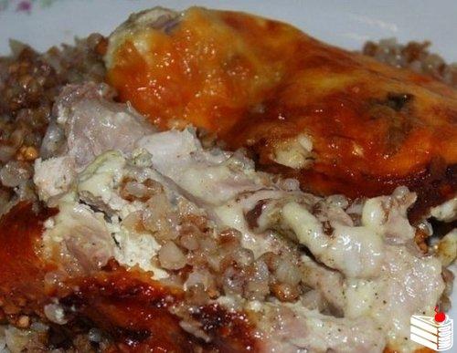 Курица, запеченная с гречкой.