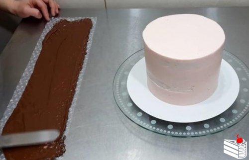 Декор для торта из любимой всеми пузырчатой плёнки.