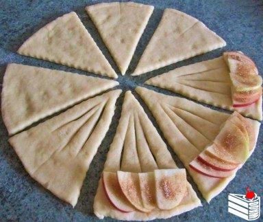 Конвертики с яблоками из творожного теста.