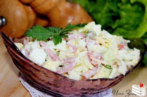 Салат из пекинской капусты с копченой колбасой.