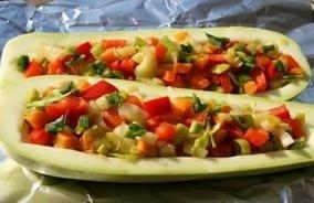 Кабачки, фаршированные курицей и овощами.