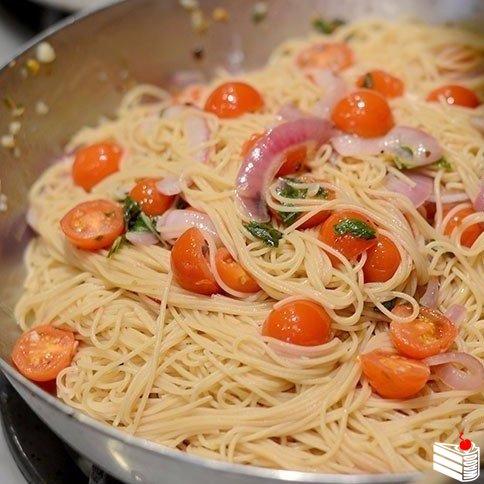 Паста с томатами, базиликом и чесноком.