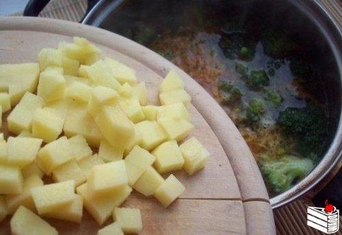 Сырный суп с шампиньонами и брокколи.