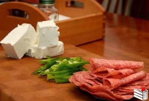 Ролл из салями и сливочного сыра