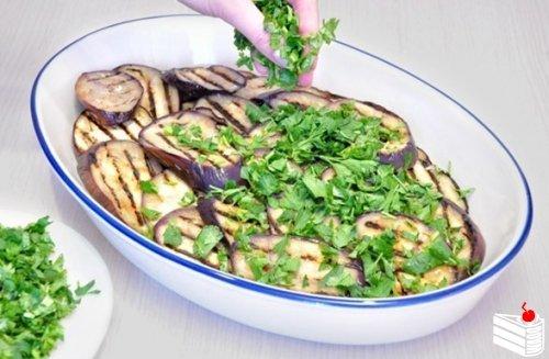 Запеканка из овощей-гриль с моцареллой и пармезаном.