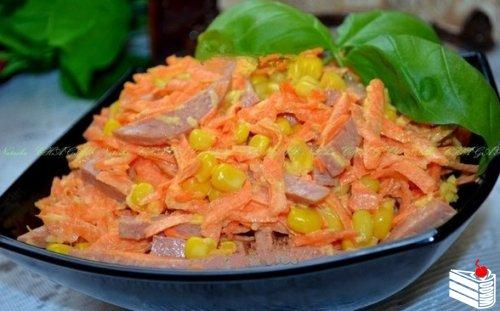 Салат с копченой колбасой и морковью.