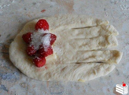 Рецепт пирожков с клубникой в духовке.
