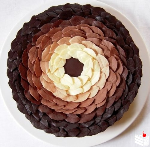 Шоколадные лепестки для украшения сладостей.
