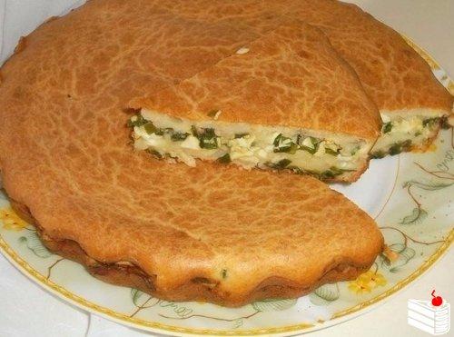 Заливной пирог с зелёным луком и яйцом.