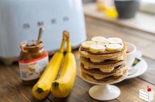 Идея завтрака: торт с шоколадом и бананами.