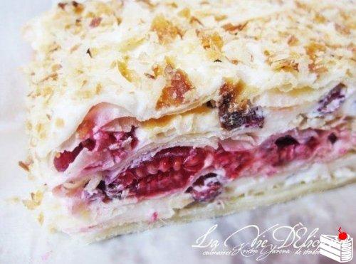 Слоеный торт со свежими ягодами.