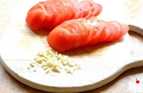 Гриль-лепешки с помидорами и чесноком.